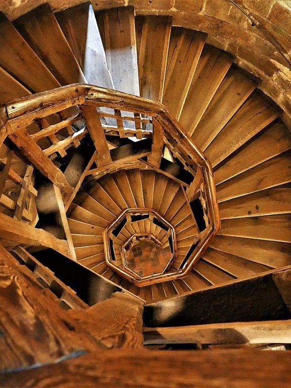Comment rénover un escalier en bois sans poncer ?